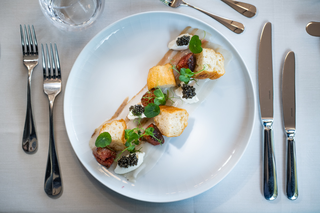 Chacinado decabezade cerdo biodinámico, pan sifonado, requesón y caviar biológicoNaccari